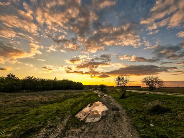 Piękny zachód słońca niebo na polu w okolicy
