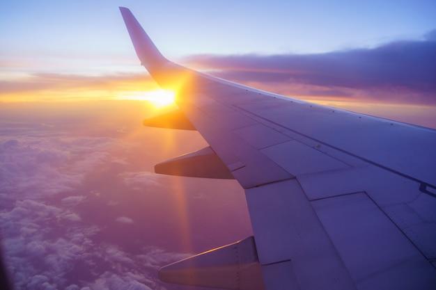 Piękny zachód słońca, niebo w widoku z góry, samolot latający widok z wnętrza okna i chmura