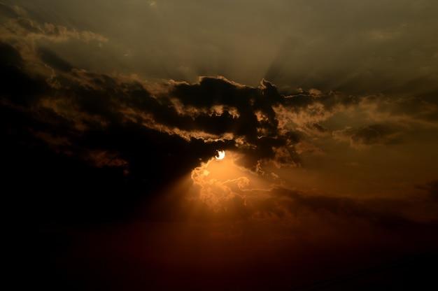 Piękny zachód słońca niebo z chmurami. streszczenie niebo.