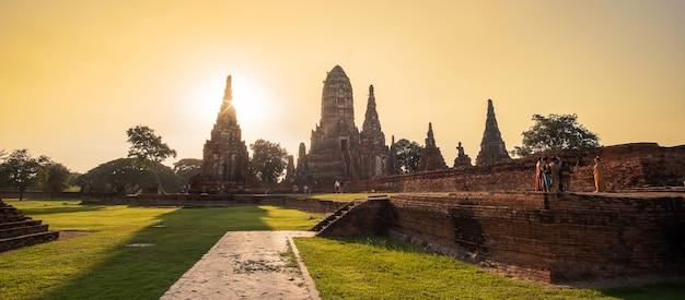 Piękny zachód słońca starożytnej stupy w świątyni wat chaiwatthanaram w parku historycznym ayutthaya, wpisanym na listę światowego dziedzictwa unesco w tajlandii.