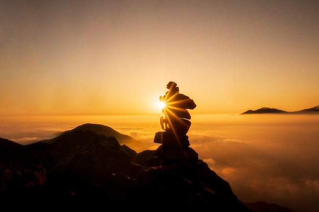 Piękny zachód słońca w górach sylwetka kamiennej kolumny