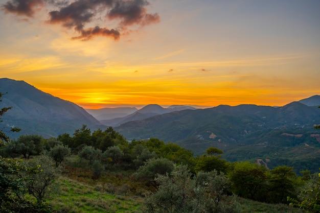 Piękny zachód słońca w górach.