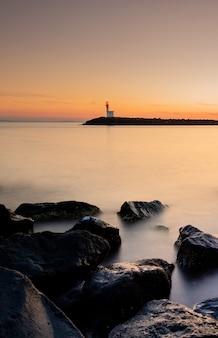 Piękny zachód słońca w mglisty port