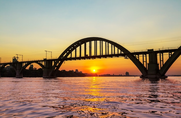 Piękny zachód słońca w mieście dniepropietrowsk