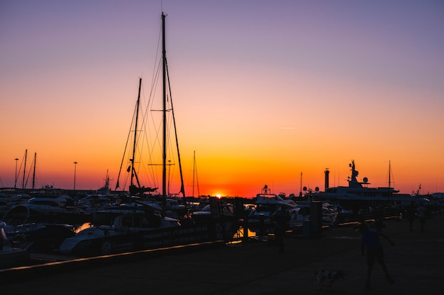 Piękny zachód słońca w nadmorskim mieście