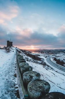 Piękny zachód słońca w okresie zimowym