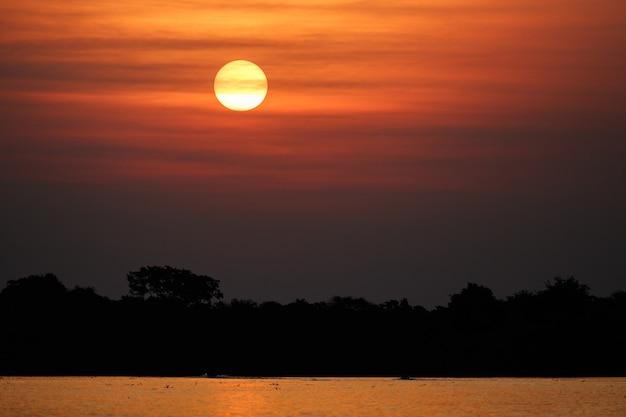 Piękny zachód słońca w północnym pantanal