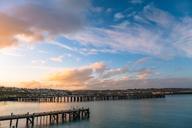 """""""piękny zachód słońca w porcie. błękitne niebo i ocean z widokiem na miasto. omaru, nowa zelandia."""