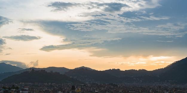 Piękny zachód słońca widok na panoramę miasta katmandu, stolicy nepalu. koncepcja podróży w nepalu, zdjęcie stockowe