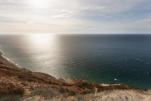 Piękny zachód słońca widok na wybrzeże morza ze szczytu wzgórza.