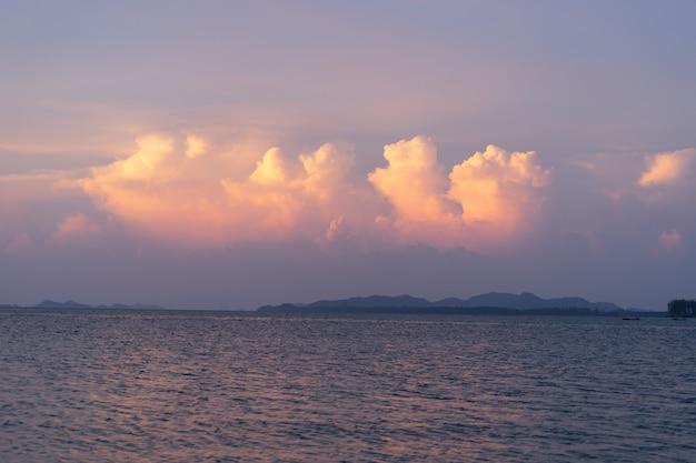 Piękny zachód słońca widok z wyspy lanta, prowincja krabi, tajlandia południowa, z pięknym mrocznym niebem i małą wyspą