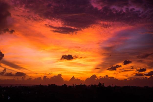 Piękny zachód słońca z żółtym i fioletowym niebem na bali, indonezja.