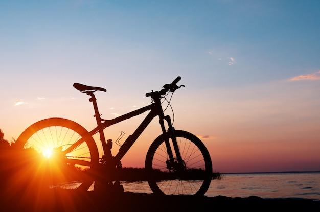 Piękny zakończenie w górę sceny bicykl przy zmierzchem