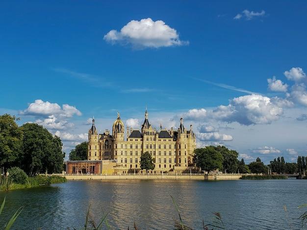 Piękny zamek pałacowy w schwerin w słoneczny dzień w niemczech