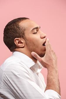 Piękny zanudzający mężczyzna nudzi odosobnionego na menchiach