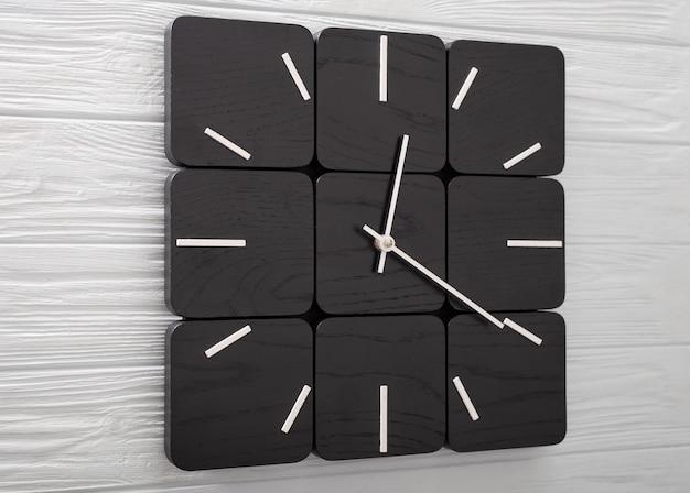 Piękny zegar ścienny wykonany z drewna