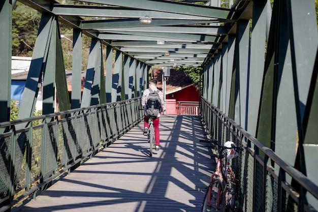 Piękny żelazny most nad rzeką pośrodku zaczarowanego lasu