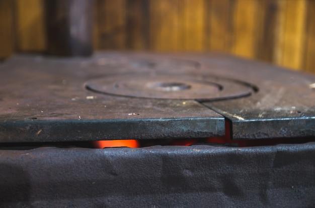 Piękny żelazny piec opalany drewnem w rustykalnym domku