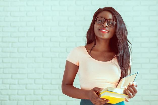 Piękny żeński amerykanina afrykańskiego pochodzenia studenta uniwersytetu portret