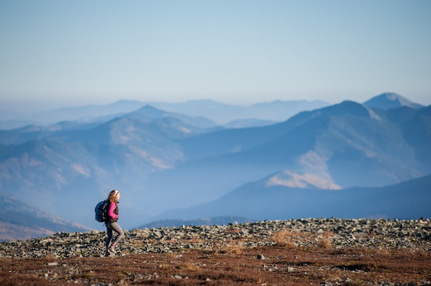 Piękny żeński wycieczkowicz cieszy się pięknego natura krajobraz