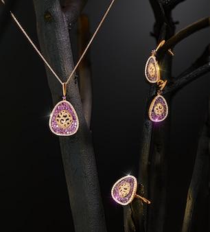 Piękny zestaw biżuterii na wystawie