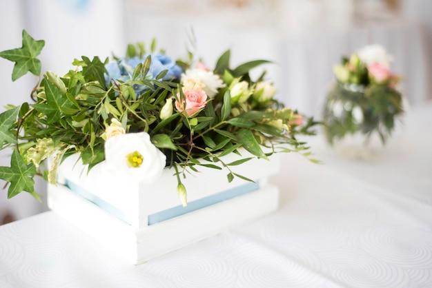 Piękny zestaw nakryty na przyjęcie weselne, dekoracje ślubne z kwiatami