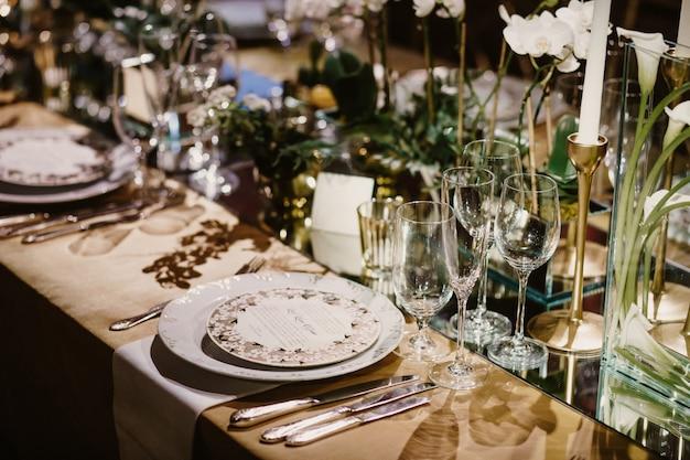 Piękny zestaw pucharów, talerzy i sztućców