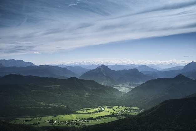 Piękny zielony górzysty krajobraz ze wzgórzami pod zachmurzonym niebem