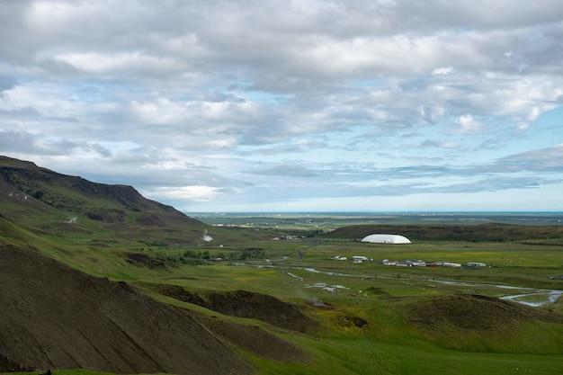 Piękny zielony krajobraz pod zapierającymi dech w piersiach chmurami