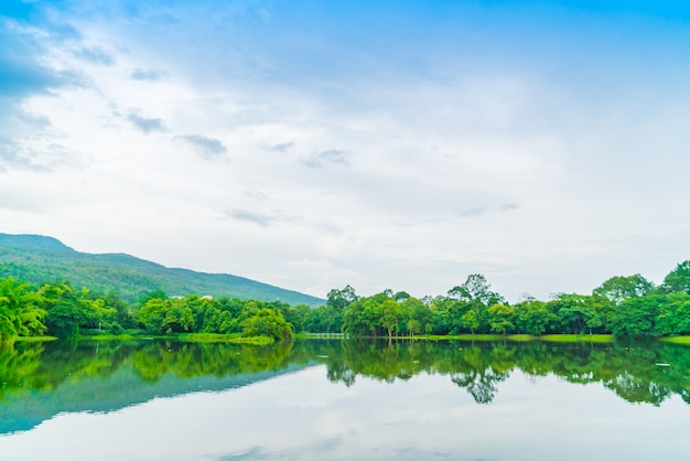 Piękny zielony park z jeziorem, ang kaew w chiang mai universi