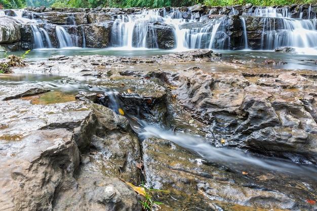 Piękny zielony wodospad poruszający się w wodzie