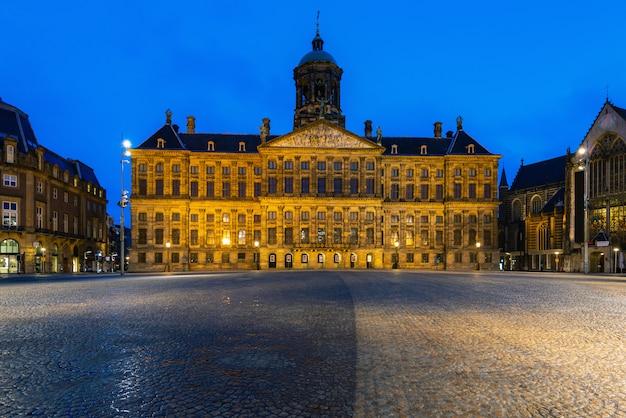 Piękny zima widok pałac królewski na tamy kwadracie w amsterdam, holandie