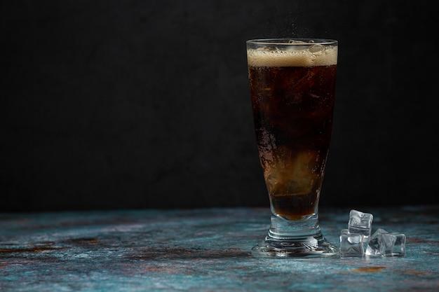 Piękny zimny napój coli z kostkami lodu