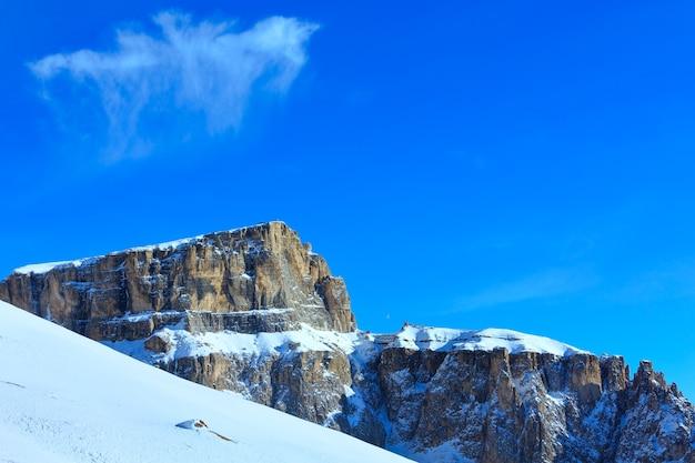 Piękny zimowy krajobraz górski przełęcz sella