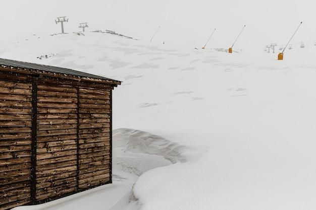 Piękny zimowy krajobraz z domkiem letniskowym