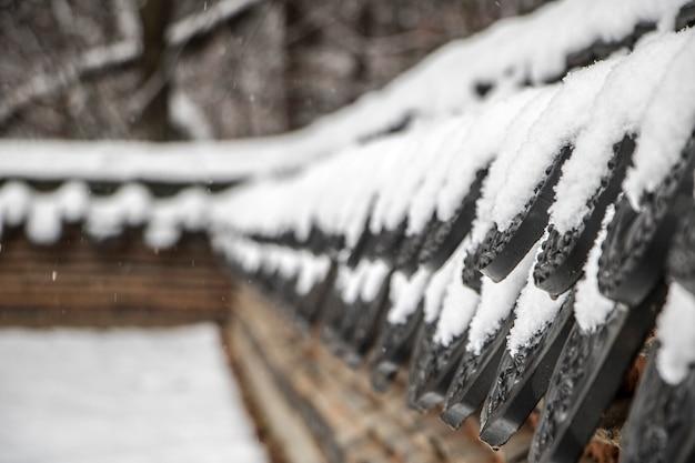 Piękny zimowy krajobraz z koreańskim tradycyjnym domem