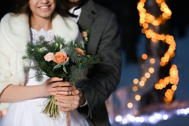 Piękny zimowy ślub na świeżym powietrzu wieczorem, zbliżenie
