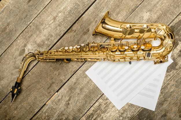 Piękny złoty saksofon na drewnianym tle