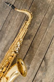 Piękny złoty saksofon na drewnianym