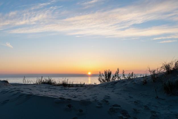 Piękny złoty zachód słońca nad morzem bałtyckim, wieś yantarny, rosja