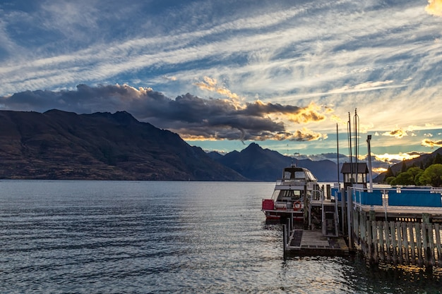 Piękny Zmierzch Nad Jeziornym Wakatipu W Queenstown, Nowa Zelandia Premium Zdjęcia
