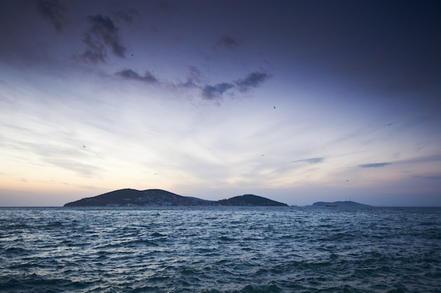 Piękny zmierzch nad marmara morzem, istanbuł turcja