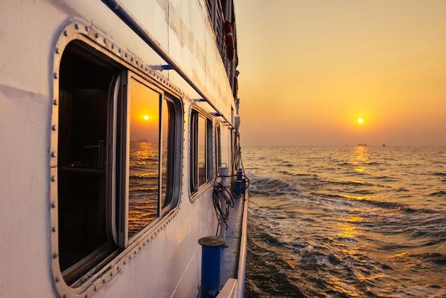 Piękny zmierzch od ferryboat w otwartym morzu