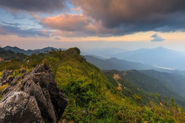 Piękny zmierzch w granicy granicy tajlandia i laos, chiangrai skrzętność tajlandia.