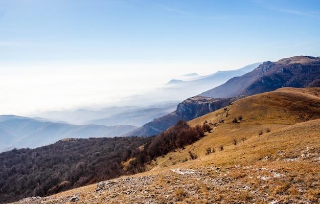 Piękny zmierzch w krymskich górach, crimea. majestatyczny zmierzch w góra krajobrazie z pogodnymi promieniami.