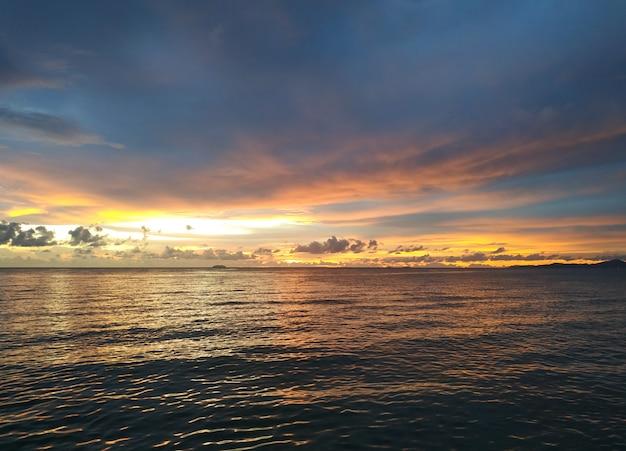Piękny zmierzchu niebo nad chmury z dramatycznym światłem