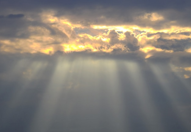 Piękny zmierzchu niebo z zadziwiającym słońce promieni tłem