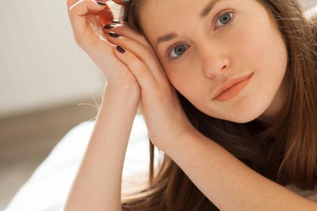 Piękny zrelaksowany kobieta portret