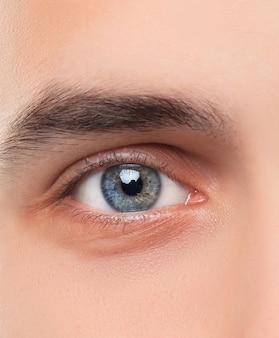 Pięknych błękitnych mężczyzna oczu zamknięty up