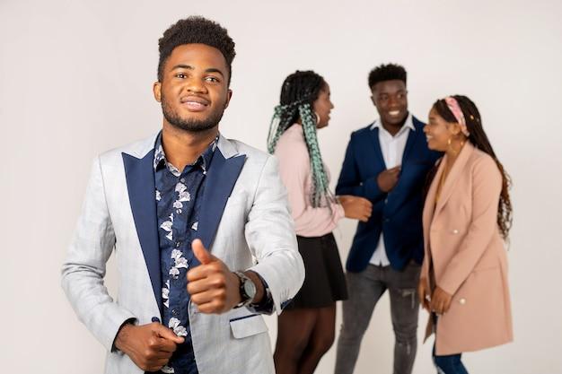 Pięknych młodych ludzi afryki na białym tle
